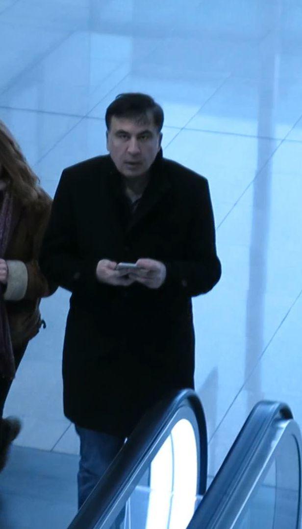 Саакашвили без сопровождения гуляет по аэропорту Мюнхена