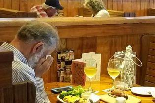У День всіх закоханих перед прахом дружини: американка зробила щемливе фото вдівця у ресторані