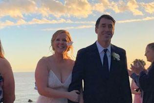 Море, танці та зіркові гості: Емі Шумер та Кріс Фішер поділилися першими фото з весілля