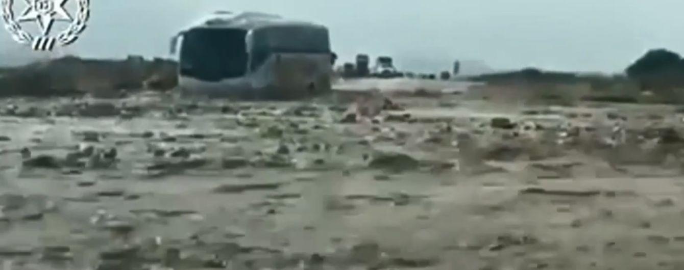 Біля Мертвого моря повінь заблокувала автобус із півсотнею українців