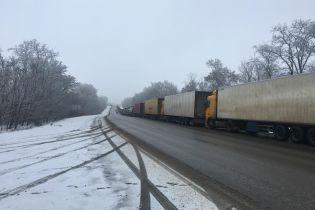 На границе с Россией скопилось уже до 150 грузовиков