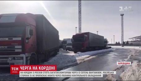 На границе с Россией больше сотни грузовиков остановились в многокилометровой пробке