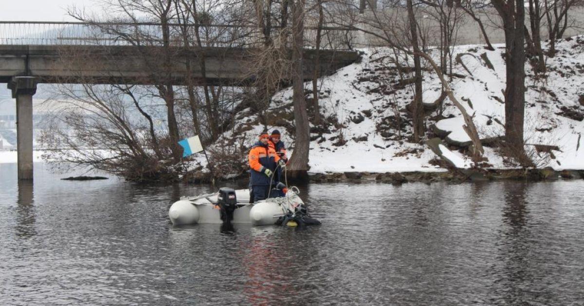В Киеве студентка прыгнула с моста Патона якобы из-за конфликта с деканатом, спасатели ищут тело
