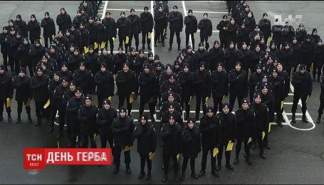 В Днепре курсанты устроили зрелищный флешмоб ко Дню государственного герба