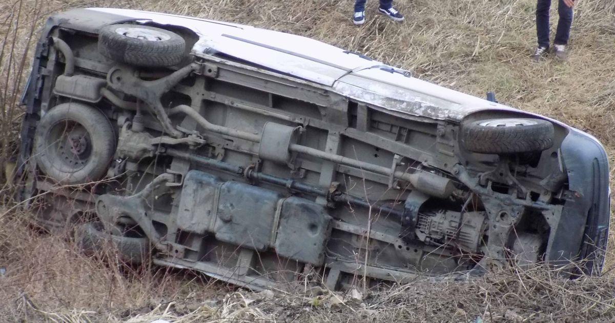 На Закарпатье микроавтобус с пассажирами вылетел с дороги в обрыв и упал на железнодорожную колею