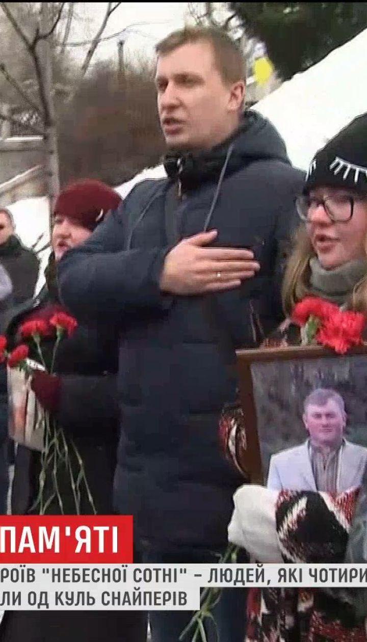 Рідні героїв Небесної Сотні створили живий ланцюг та виконали гімн у центрі Києва