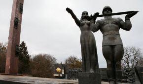 """Во Львове начали сносить """"символ советской оккупации"""" – 30-метровый Монумент славы"""