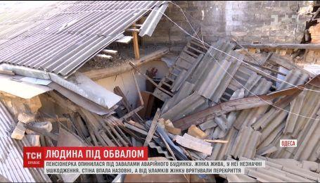 В Одессе пенсионерка чудом спаслась во время обвала стены жилого дома