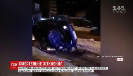 У Львові загинула пасажирка авто, яке викинуло на зупинку громадського транспорту