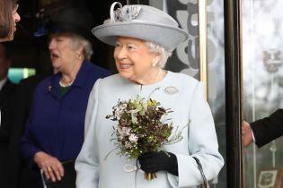 Сюрприз для Елизаветы. Королеве подарили грузовик туалетной бумаги