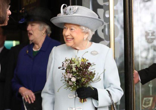 Сюрприз для Єлизавети. Королеві подарували вантажівку туалетного паперу