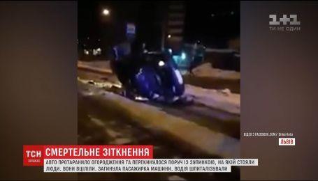 Во Львове нетрезвый водитель перевернулся в авто и едва не сбил людей на остановке