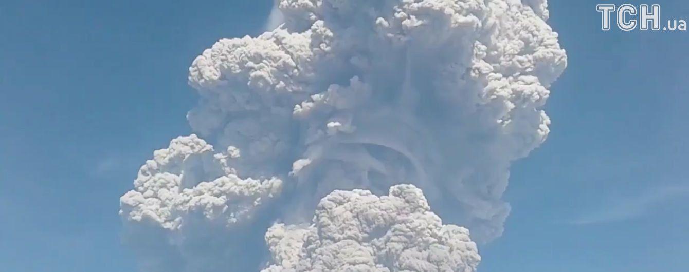 Вулкан у Росії засипав місто попелом