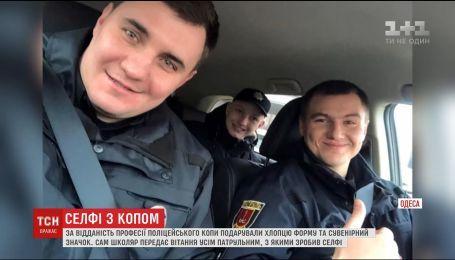 Школяр з Одеси зробив понад тисячі селфі з патрульними та мріє стати до лав поліції