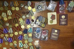 Украинец пытался вывезти в Россию десятки медалей и орденов в протезах ног