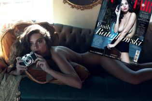 Сексапільна Емілі Ратаковскі повністю оголилася на сторінках глянцю