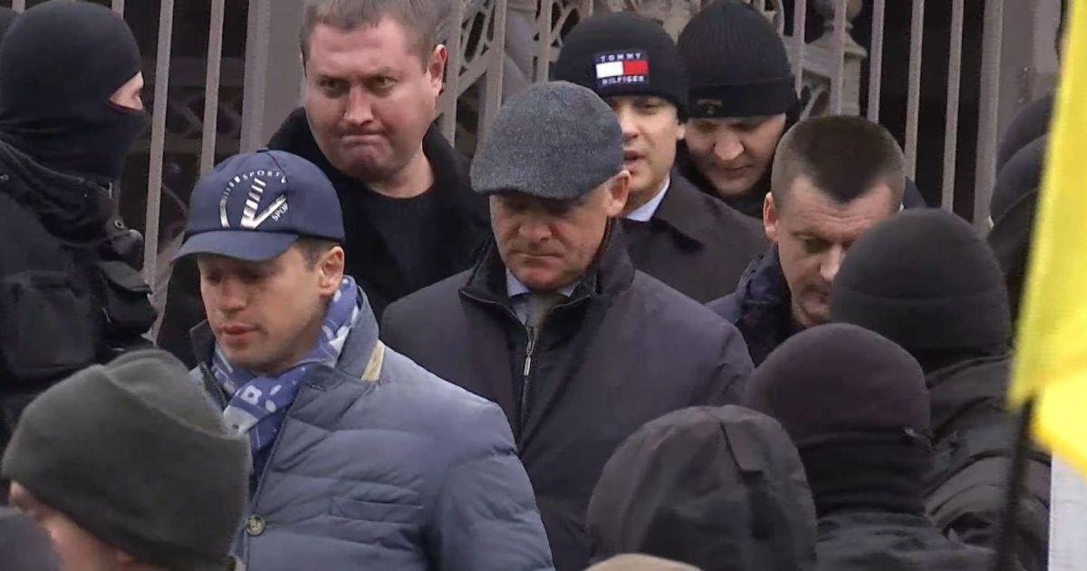 """Труханова под возгласы """"Ганьба"""" вывели из суда в кольце охраны"""