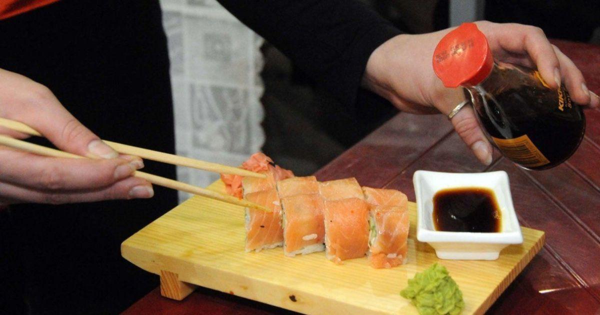 В Киеве зафиксировали третье за последний год массовое отравление людей суши в одном и том же ресторане
