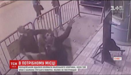 В Египте копы поймали мальчика, который упал с балкона третьего этажа