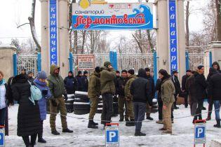 В Одесі близько 70 осіб захопили санаторій з тяжко хворими пацієнтами