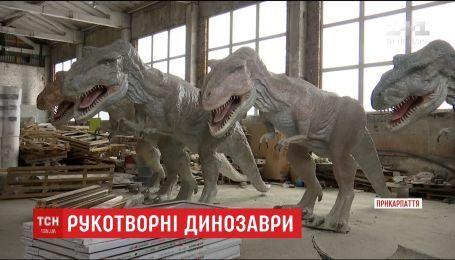 Житель Коломиї майструє велетенських тиранозаврів, аби відкрити динопарк просто неба