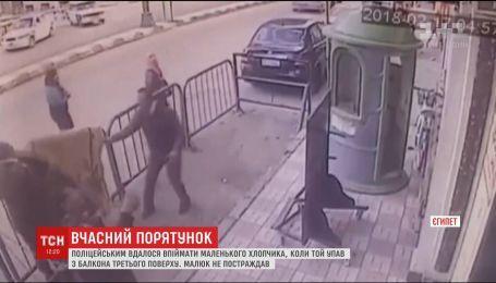 В Египте полицейским случайно удалось спасти трехлетнего мальчика, который выпал с балкона