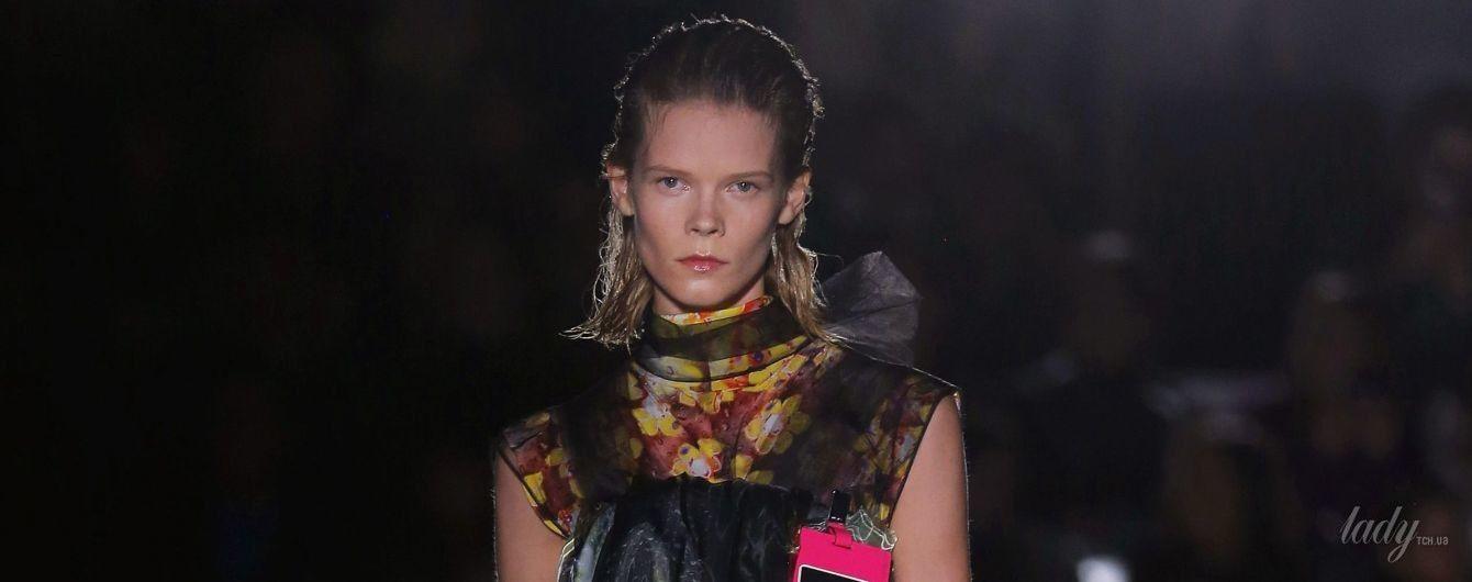 Украинская модель Ирина Кравченко в пестром наряде прошла по подиуму на показе Prada