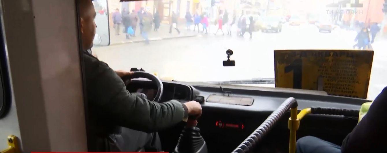 """""""Я вас положу, атошники"""": водитель маршрутки вышвырнул из автобуса ветерана в Черновцах"""