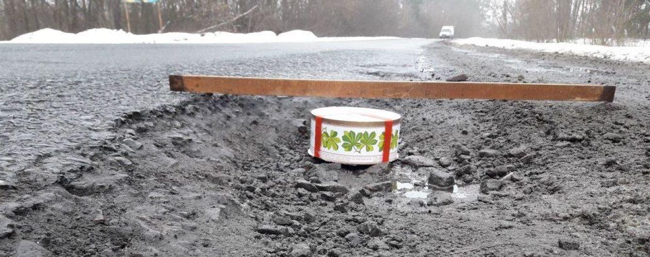 Тортом по ямах: на Харківщині водії винайшли оригінальний спосіб привернути увагу до розбитої дороги