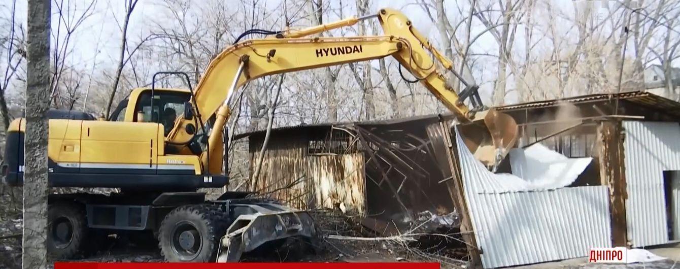 В Днепре коммунальщики массово уничтожают пункты приема металлолома