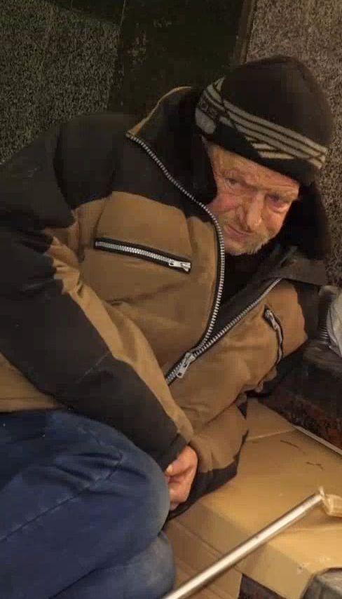 Как бездомные переживают холода