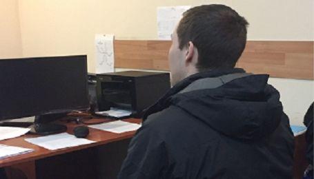 У Києві розшукуваний за замах на вбивство іноземець під час затримання бризкнув копу в очі газом