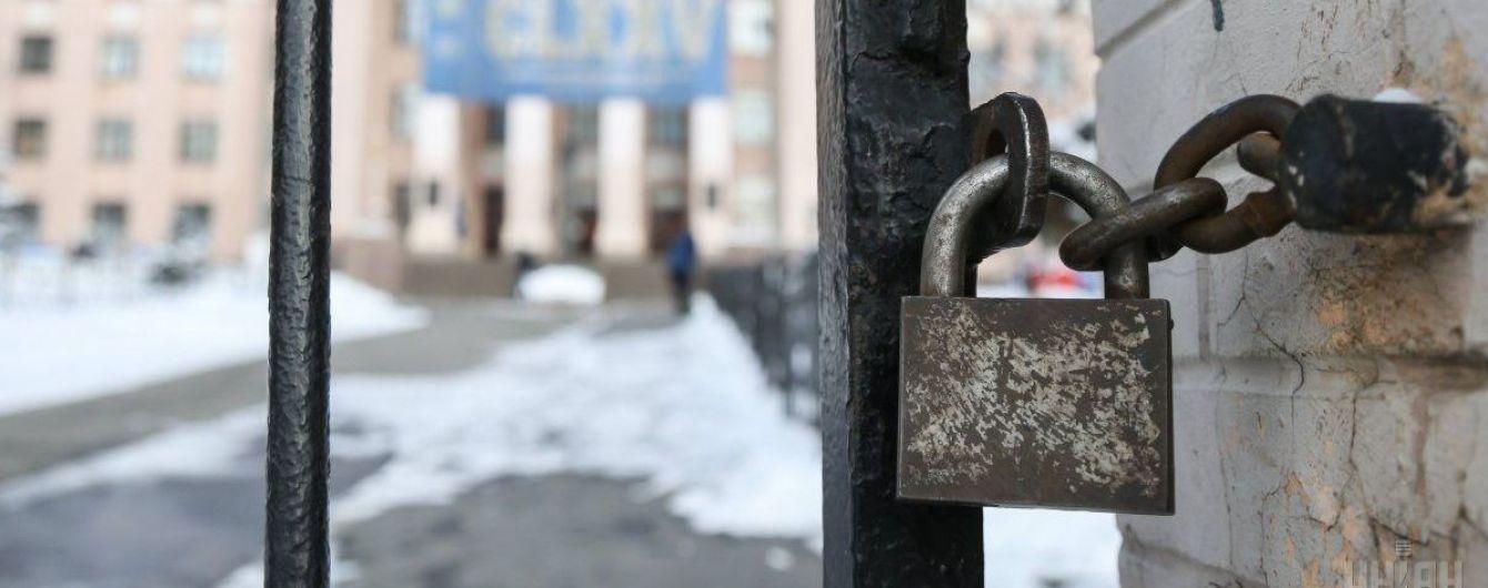 """Два українські медуніверситети лихоманить: """"тітушки"""" захопили ректорат, """"неугодних"""" викладачів звільняють"""