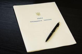 Порошенко нагородив більше сотні солдат і поліцейських орденами та медалями