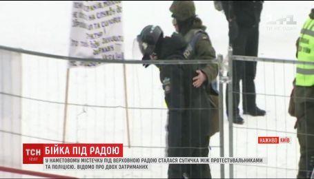 Протестувальники кинули у будівлю ВР коктейль Молотова