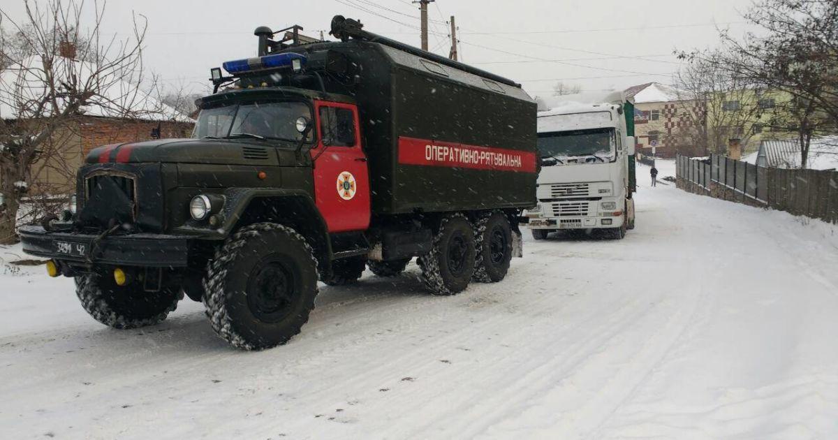 Украину замело: на трассах образуются километровые пробки, а из сугробов вытаскивают машины