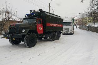 Україну замело: на трасах утворюються кілометрові затори, а з кучугурів витягають автівки