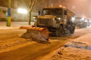 """Україну починає засипати снігом. """"Укравтодор"""" почав чистити дороги й очікує на сильні замети"""