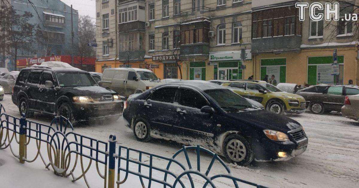 Киев утром остановился в пробках из-за первомартовского снега