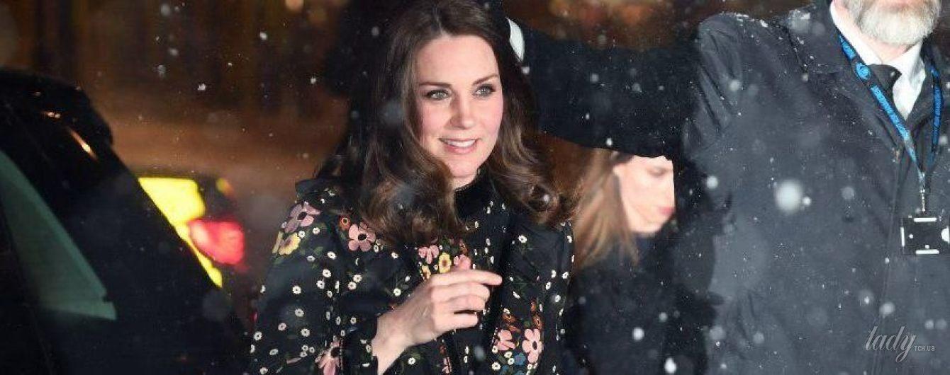 """Под снегом в """"цветочном"""" платье: беременная герцогиня Кембриджская посетила Портретную галерею в Лондоне"""