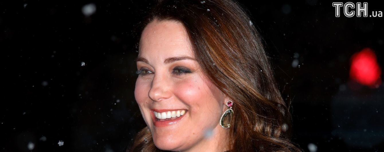 Беременная Кейт Миддлтон в туфлях и легком платьице прогулялась под снегом