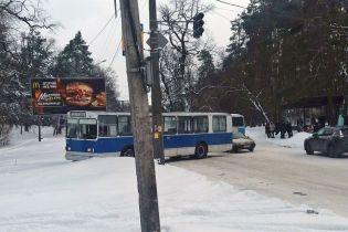 В Черкассах троллейбус из-за гололеда вылетел с дороги