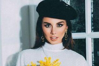 В черном берете и с букетом: Анна Седокова поздравила поклонников с первым днем весны
