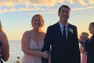 Звездные гости, поцелуи и трогательные клятвы: Эми Шумер поделилась видео со свадьбы