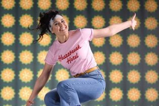 "В стиле 90-х: звезды канала ""1+1"" снялись в модном и забавном видео"