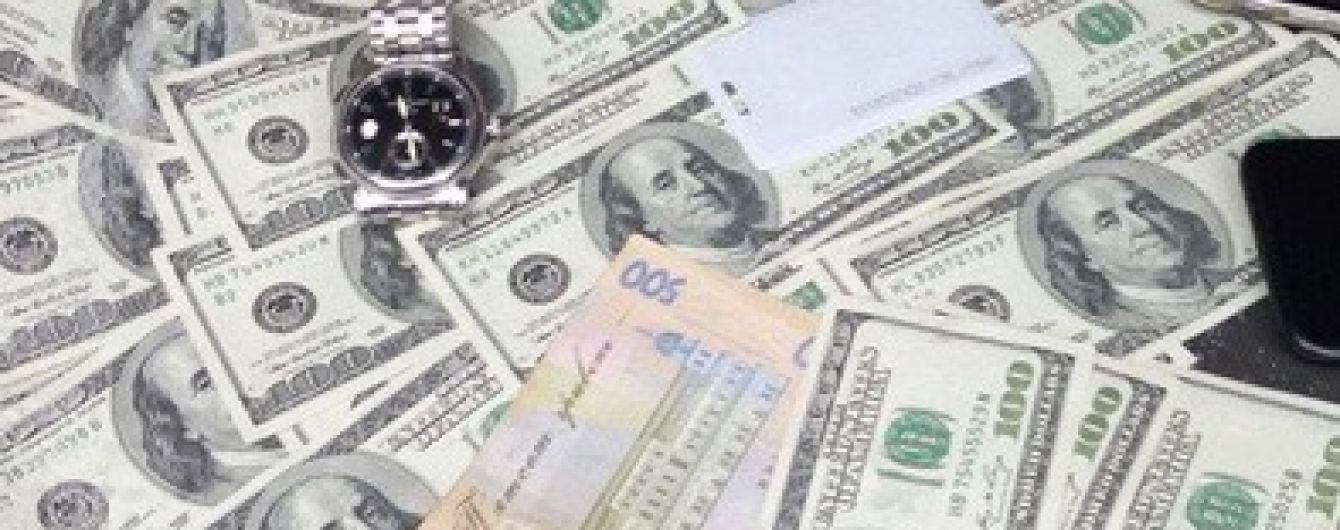 В Киеве на взятке поймали чиновника-фискала