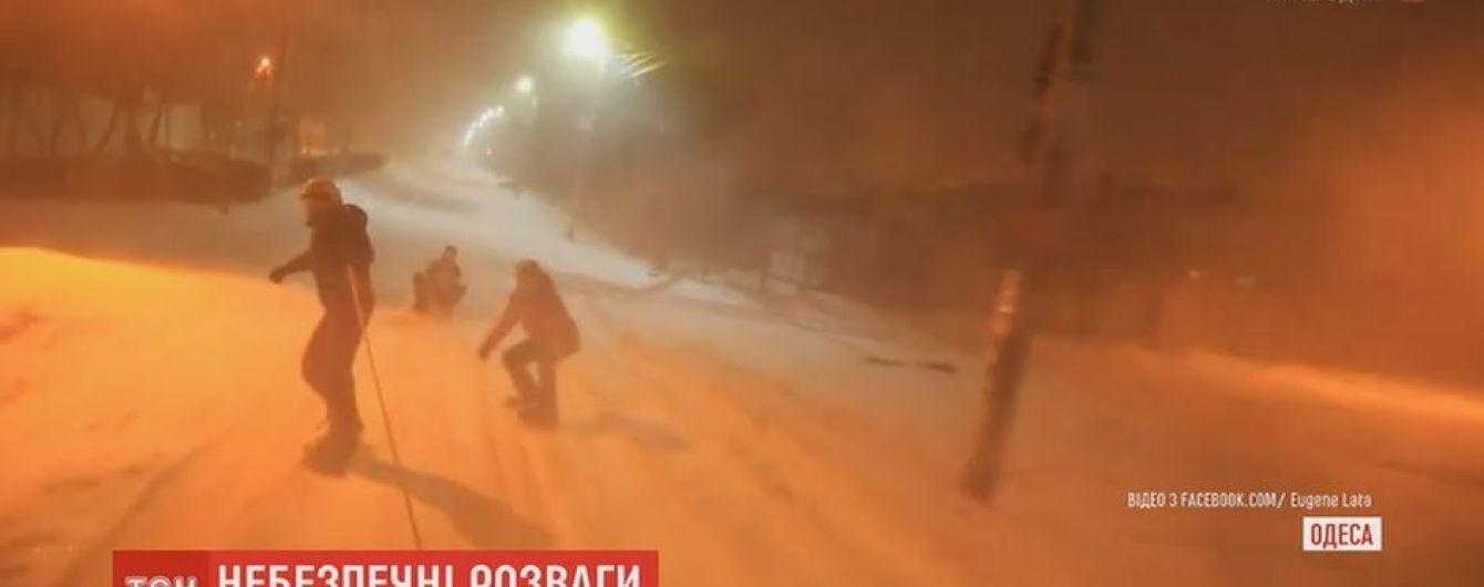 Одесситы-экстремалы устроили ночные гонки на сноубордах по заснеженным улицам города
