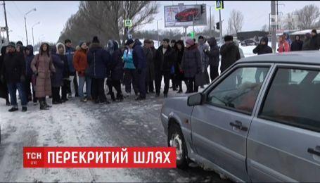 Сотні жителів Дніпра перекрили трасу, бо не можуть доїхати до роботи
