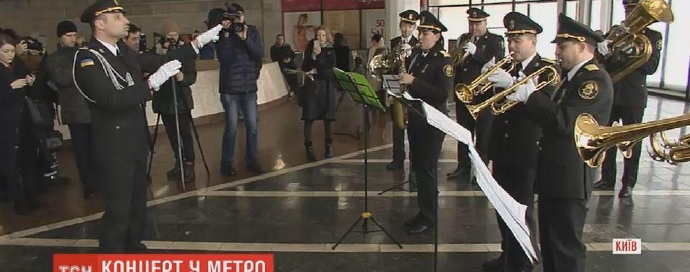 Оркестр и тюльпаны: киевский метрополитен развлек пассажиров в первый день весны