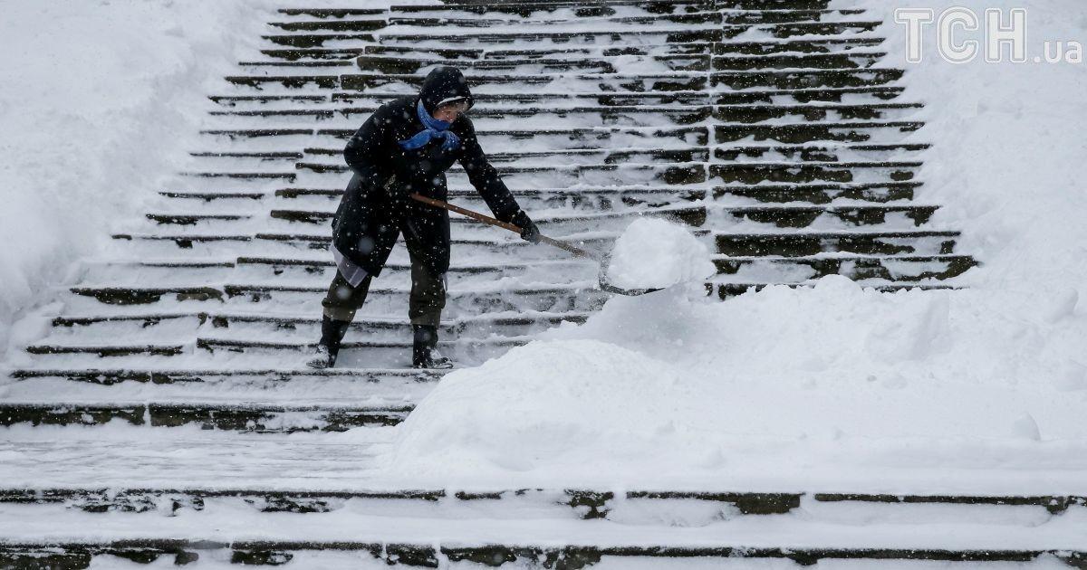 У перший день березня Україну засипало снігом.